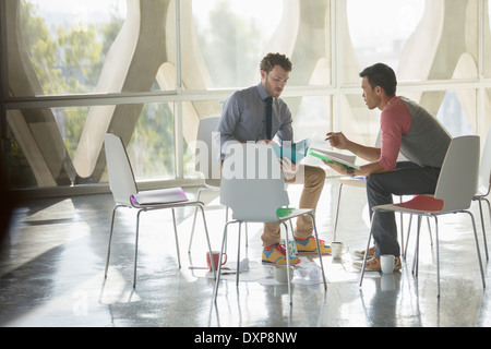 Kreative Geschäftsleute brainstorming im Kreis der Stühle - Stockfoto