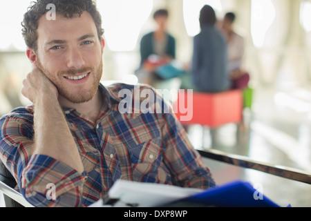 Porträt von zuversichtlich lässige Geschäftsmann mit Papierkram - Stockfoto