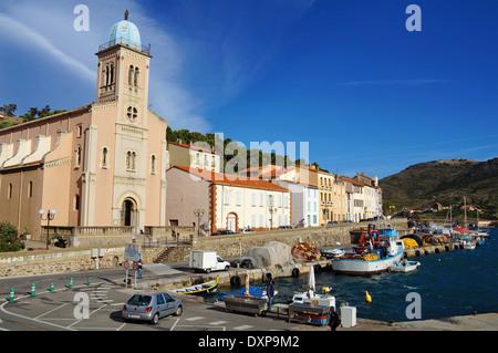 Angeln, Hafen und Kirche von Port Vendres in den Pyrenäen Orientales, Mittelmeer, Roussillon, Cote Vermeille, Frankreich - Stockfoto