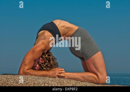 iyengar yogalehrer zeigt eka pada janu sirsasana nach