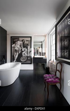Modernes Badezimmer Mit Schwarz / Weiß Fotografie Poster Und Weißen  Freistehende Badewanne   Stockfoto