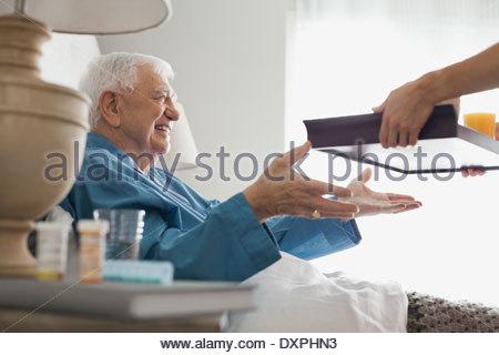 Senior woman häusliche Pflege Krankenschwester Frühstückstablett erhalten - Stockfoto