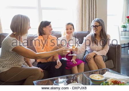 Frauen Toasten Weingläser zu Hause - Stockfoto