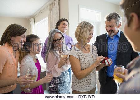 Frau öffnen Geschenkbox auf Geburtstagsparty - Stockfoto