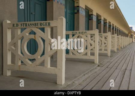 Strandhütten auf der Promenade des Planches in Deauville im Département Calvados (14) von Frankreich - Stockfoto