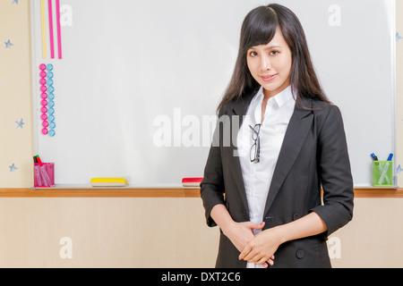 Chinesische Lehrer vor Whiteboard gekleidet formale - Stockfoto