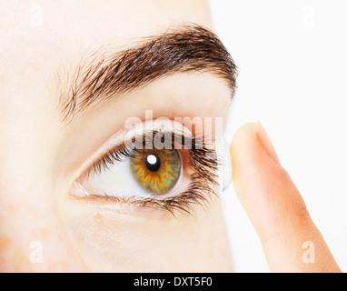 Extreme Nahaufnahme von Frau Auge Kontaktlinse Inbetriebnahme - Stockfoto