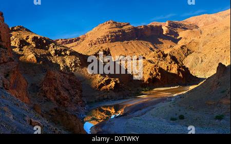 Flusses Ziz schneiden durch eine Schlucht im Atlas-Gebirge in der Nähe der Legionäre Tunnel, Marokko - Stockfoto