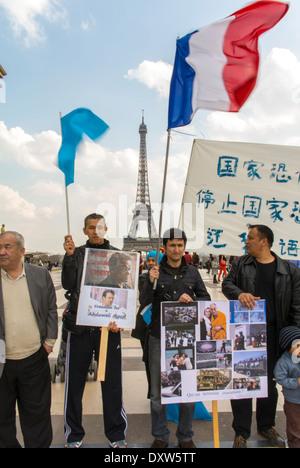 Die tibetischen, Taiwanesisch, und der Uigurischen ethnischen Gemeinschaften von Frankreich, Demonstration, forderte die französischen Bürger während des Besuchs des chinesischen Präsidenten in Paris zu mobilisieren, auf der die Rechte der Menschen. Group Holding Protest Zeichen