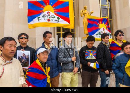 Die tibetischen, taiwanesischen, ethnischen Gemeinschaften Frankreichs, Demonstration rief französische Bürger auf, während des Besuchs des chinesischen Präsidenten in Paris zu mobilisieren, mit Protestschildern und Flaggen, Bürgerrechtsprotesten, Solidaritätsjugendbewegung
