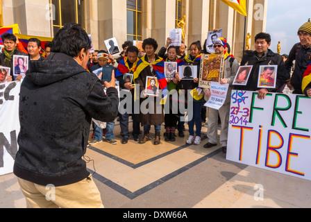 Die tibetischen, taiwanesischen Volksgemeinschaften Frankreichs und Freunde riefen französische Bürger auf, während des Besuchs des chinesischen Präsidenten in Paris zu mobilisieren, mit Protestschildern und Opferfotos, Flüchtlinge Männer