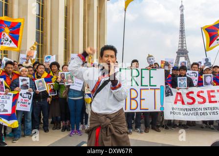 Die tibetischen, Taiwanesisch ethnischen Gemeinschaften von Frankreich, und Freunde für die französischen Bürger während des Besuchs des chinesischen Präsidenten in Paris, Holding Protest Zeichen, Bürgerrechte Proteste zu mobilisieren.