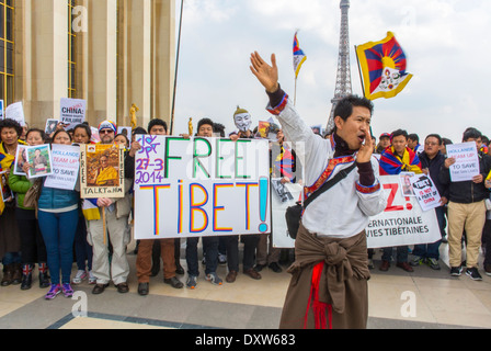 Die Menge von Tibetern, Taiwanesen, ethnischen Gemeinschaften Frankreichs, Migranten und Freunden forderte französische Bürger auf, während des Besuchs des chinesischen Präsidenten in Paris zu mobilisieren, wobei Protestschilder und Flüchtlinge Männer angebracht wurden
