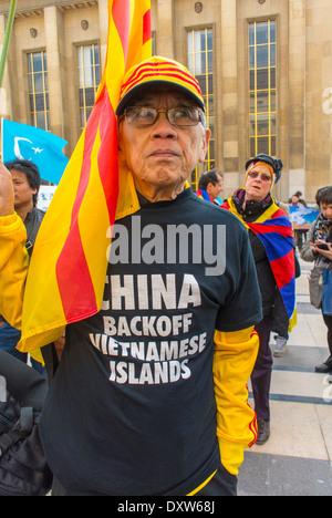 Die tibetischen, Taiwanesisch ethnischen Gemeinschaften von Frankreich, genannt für die französischen Bürger während des Besuchs des chinesischen Präsidenten in Paris, Mann, der Protest Slogan-T-Shirt gegen die Insel Besetzung zu mobilisieren.