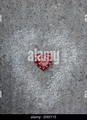 Rote Herzen auf grauem Kalkstein Hintergrund geschnitzt - Stockfoto