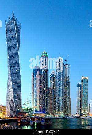 Twilight-Skyline-Blick auf moderne Wolkenkratzer im MArina District in Dubai Vereinigte Arabische Emirate - Stockfoto
