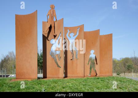 Skulptur-Denkmal für die Öffnung der Berliner Mauer auf der Berliner Mauerweg zwischen Lichtenrade und Mahlow, von - Stockfoto