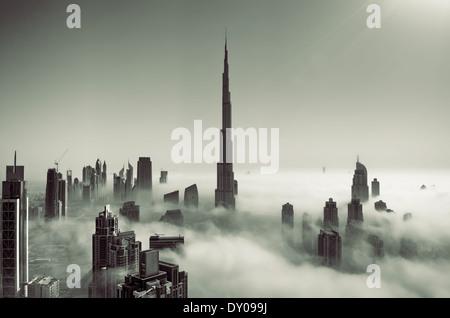 Condensed Nebel bedeckt Skyline von Dubai - Stockfoto