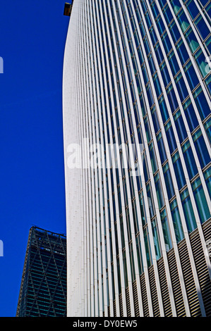 Blick auf die 20 Fenchurch Street (The Walkie-Talkie) zeigt das Leadenhall Gebäude in Ferne, City of London - Stockfoto