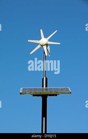 Wind und solar betriebene Laternenpfahl, Mile End Park, London Borough of Tower Hamlets, England UK - Stockfoto