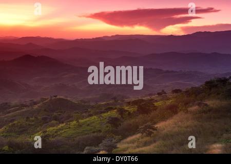 Schönen Sonnenuntergang von den Hügeln über dem Dorf Ola in der Provinz Cocle gesehen, Republik Panama. - Stockfoto