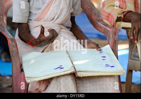 Indien Jharkhand, NGO Birsa organisieren Adivasi kämpfen für ihre Landrechte treffen im Dorf, Frauen melden mit - Stockfoto