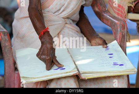 INDIEN Jharkhand, NGO Birsa organisieren Adivasi, um für ihre Landrechte zu kämpfen, Treffen im Dorf, Stammesfrauen - Stockfoto