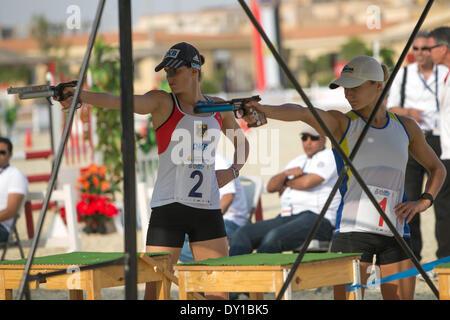 Kairo, Ägypten. 2. April 2014. Deutsch Schöneborn Lena (L) schießt während der Frauen Halbfinale auf UIPM(Union - Stockfoto