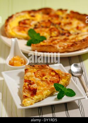 Apfeltorte mit Pudding und Orange. Rezept zur Verfügung. - Stockfoto