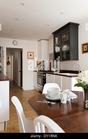 moderne wei e k che mit holz arbeitsplatten und ger ten aus rostfreiem stahl stockfoto bild. Black Bedroom Furniture Sets. Home Design Ideas
