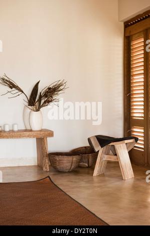 Geschnitzt, Hocker und Tisch im Schlafzimmer der Goa Strand Haus Retreat, Indien - Stockfoto