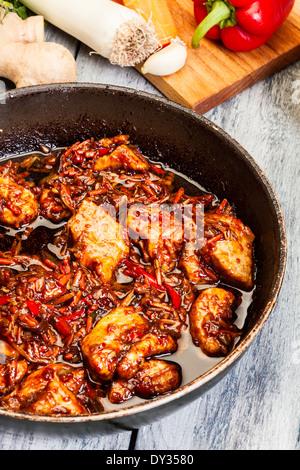 Schweinefleisch in Chinesisch mit Gemüse in einer Wok-Pfanne - Stockfoto