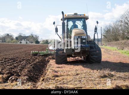 Herausforderer verfolgt Traktor Pflügen und drücken den Boden in eine Ackerfläche, Butley, Suffolk, England - Stockfoto