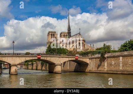 Ansicht der Kathedrale Notre Dame de Paris unter schönen bewölkten Himmel in Paris, Frankreich. - Stockfoto