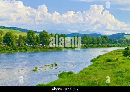 Frühling Landschaft mit Tatra-Gebirge auf dem Dunajec-Fluss. Polen und Slowakei Landesgrenze Blick von Sromowce - Stockfoto