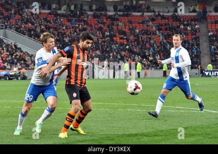 """Spieler kämpfen um den Ball während des Spiels zwischen """"Schachtjor"""" und """"Dnepr im Donbass-Arena-Stadion - Stockfoto"""