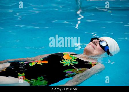 Eine Seniorin Frau in einem Badeanzug schwimmen GAP und Schutzbrille erfreut sich ein gesundes Lebensstils und bleibt - Stockfoto