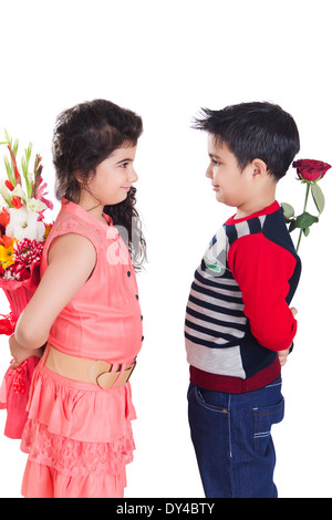 Indische Kinder paar Bouquet präsentiert - Stockfoto