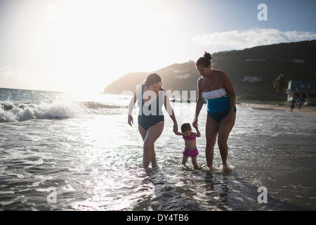 Kleinkind, Hand in Hand mit Mutter und Großmutter, Wandern im Meer - Stockfoto