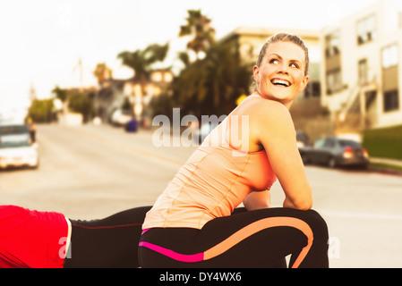 Zwei Läufer, eine Pause auf einem Hügel der Stadt - Stockfoto