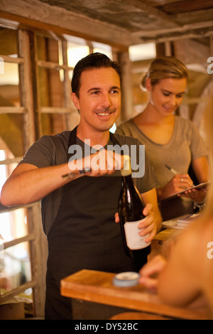 Eröffnung der Sommelier Flasche Wein im Wein-shop - Stockfoto