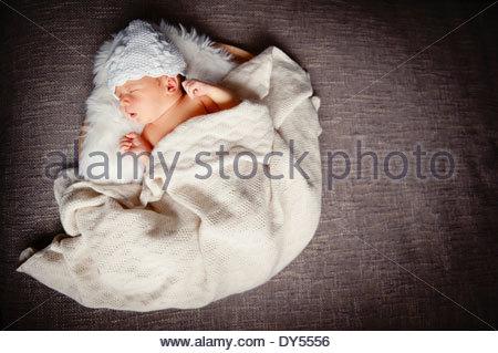 Porträt des neugeborenen Mädchen schlafen, hoher Winkel - Stockfoto