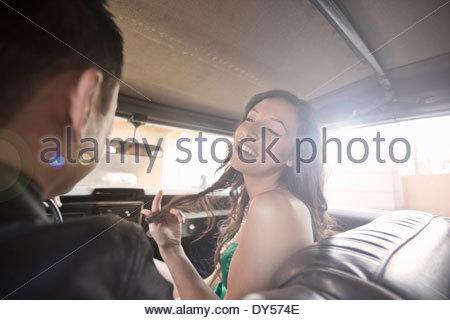 Paar vor Lachen Sitz des Auto - Stockfoto