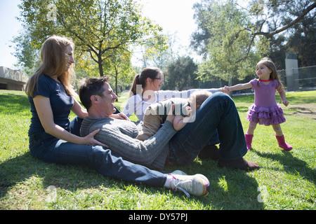 Glückliche Familie entspannend auf Rasen