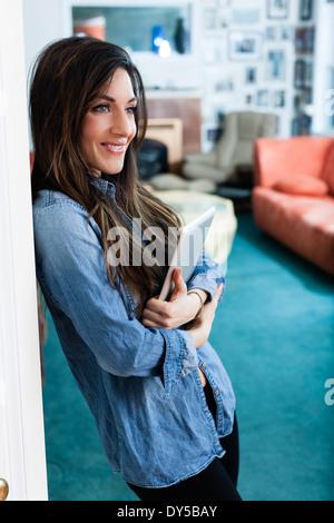 Junge Frau im Wohnzimmer mit digital-Tablette - Stockfoto
