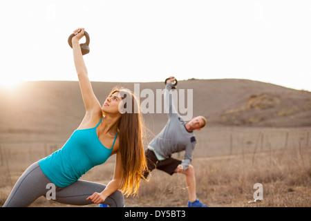 Paar mit Gewichten trainieren - Stockfoto