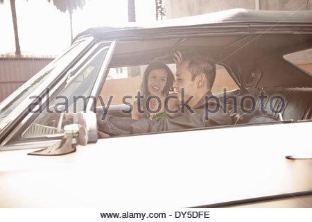 Glückliches Paar im Chat während der Fahrt - Stockfoto