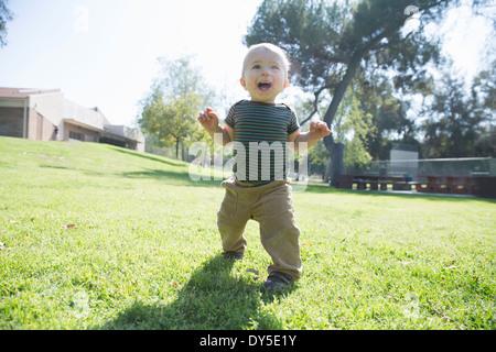 Baby Boy auf Rasen laufen lernen - Stockfoto