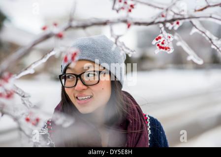 Junge Frau und Eis bedeckt Äste - Stockfoto