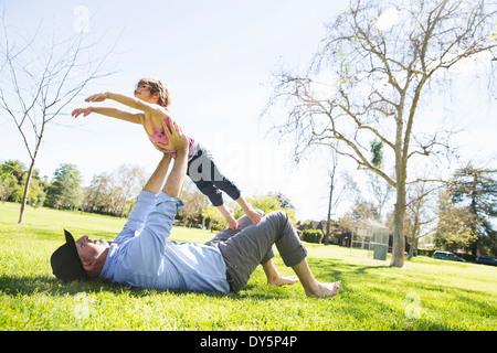 Mitte erwachsener Mann mit Tochter im Park spielen - Stockfoto